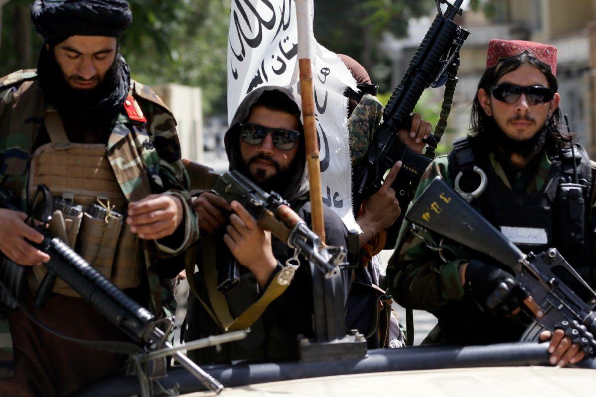 سیلیزدن طالبان به یک اسیر پیش از اعدام