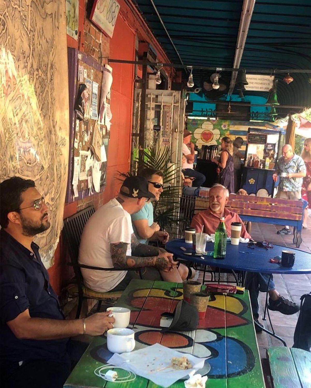 کافه گردی حامد بهداد در خارج از کشور